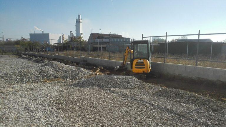 CT Hungary - Gépi földmunka, tereprendezés, Körmű árok ásás, visszatemetés, Pince és medencetömb kiemelés, Alapásás, Autóbejárók, parkolók helyének kiszedése, Betontörés